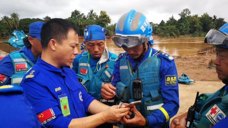 Rescue-forces-analysing-situation-in-flooded-area.jpg